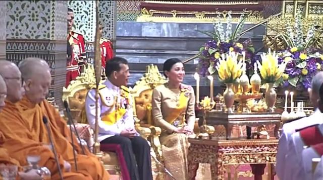 Vắng bóng Hoàng quý phi, Hoàng hậu xuất hiện rạng rỡ, vui vẻ bên nhà vua nhưng gây thắc mắc với tư thế ngồi kỳ lạ - Ảnh 4.