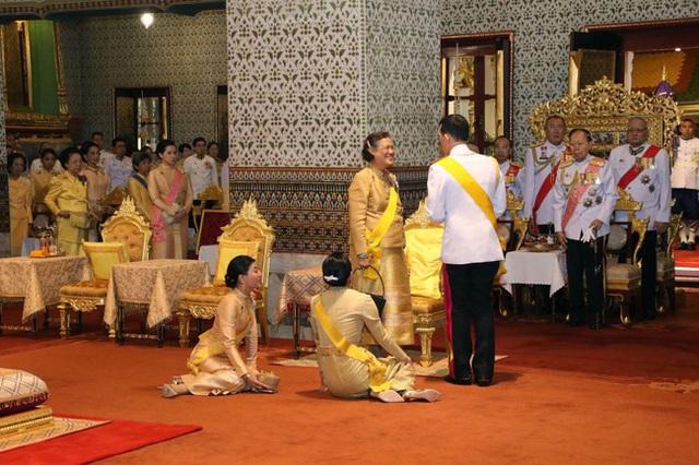 Vắng bóng Hoàng quý phi, Hoàng hậu xuất hiện rạng rỡ, vui vẻ bên nhà vua nhưng gây thắc mắc với tư thế ngồi kỳ lạ - Ảnh 6.