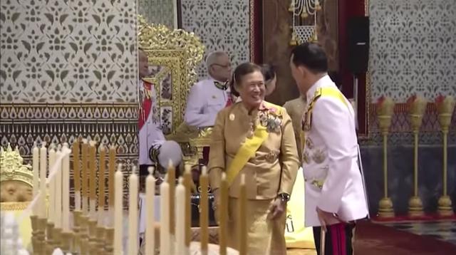 Vắng bóng Hoàng quý phi, Hoàng hậu xuất hiện rạng rỡ, vui vẻ bên nhà vua nhưng gây thắc mắc với tư thế ngồi kỳ lạ - Ảnh 7.