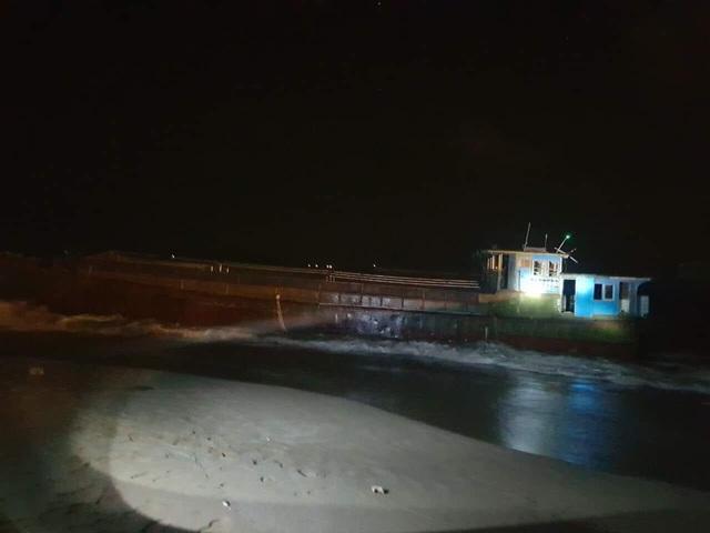 Phát hiện tàu hàng trôi vào bờ biển Hà Tĩnh - Ảnh 1.