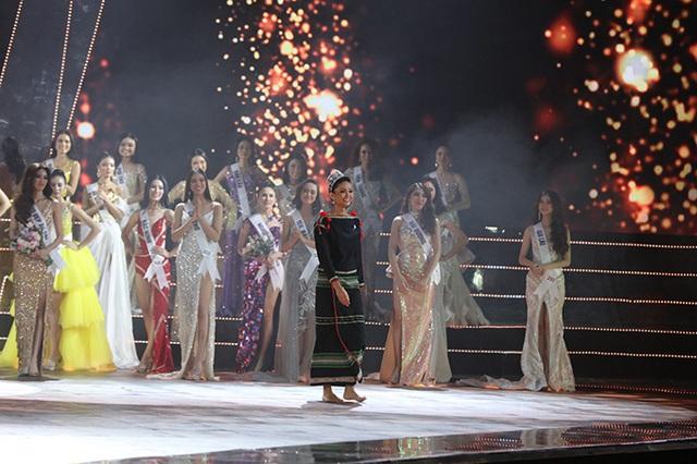 HHen Niê gây xúc động mạnh ở đêm chung kết HHHV, làm điều mà trước nay chưa có Hoa hậu nào làm - Ảnh 1.