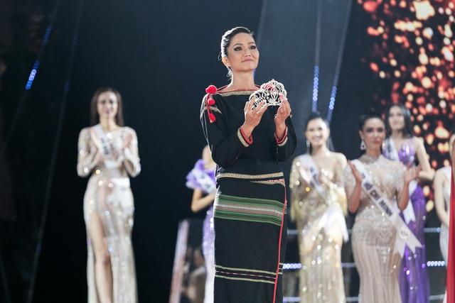 HHen Niê gây xúc động mạnh ở đêm chung kết HHHV, làm điều mà trước nay chưa có Hoa hậu nào làm - Ảnh 8.