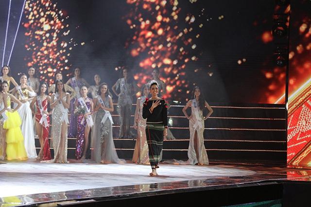 HHen Niê gây xúc động mạnh ở đêm chung kết HHHV, làm điều mà trước nay chưa có Hoa hậu nào làm - Ảnh 2.