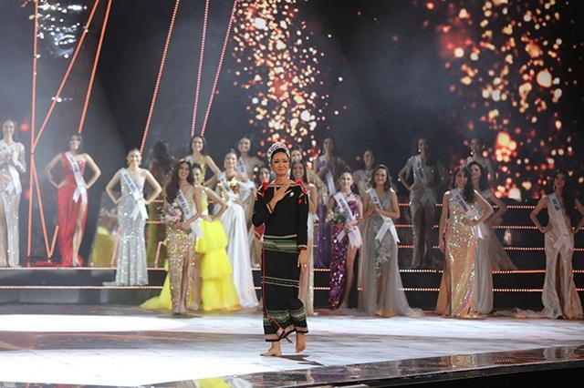 HHen Niê gây xúc động mạnh ở đêm chung kết HHHV, làm điều mà trước nay chưa có Hoa hậu nào làm - Ảnh 3.