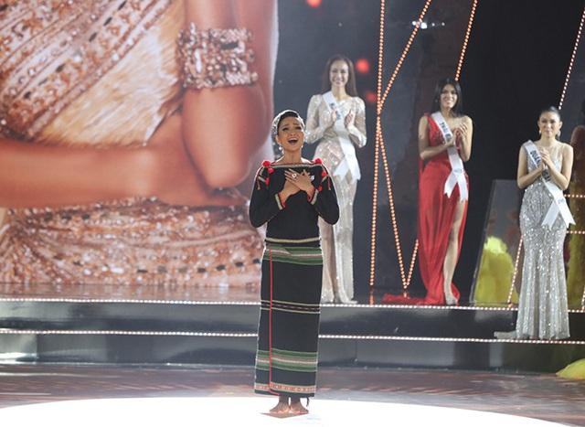 HHen Niê gây xúc động mạnh ở đêm chung kết HHHV, làm điều mà trước nay chưa có Hoa hậu nào làm - Ảnh 6.
