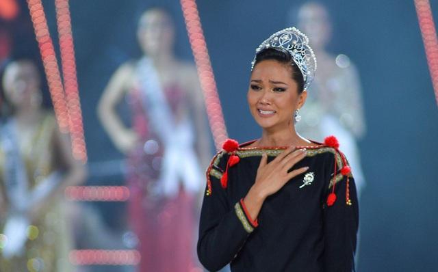 HHen Niê gây xúc động mạnh ở đêm chung kết HHHV, làm điều mà trước nay chưa có Hoa hậu nào làm - Ảnh 4.