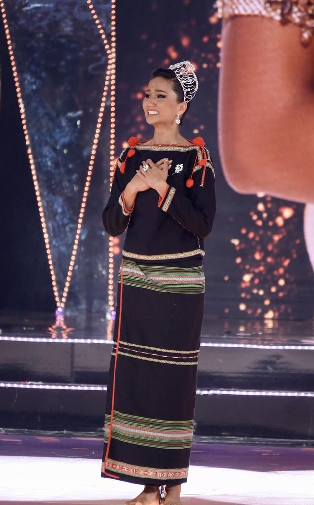 HHen Niê gây xúc động mạnh ở đêm chung kết HHHV, làm điều mà trước nay chưa có Hoa hậu nào làm - Ảnh 7.