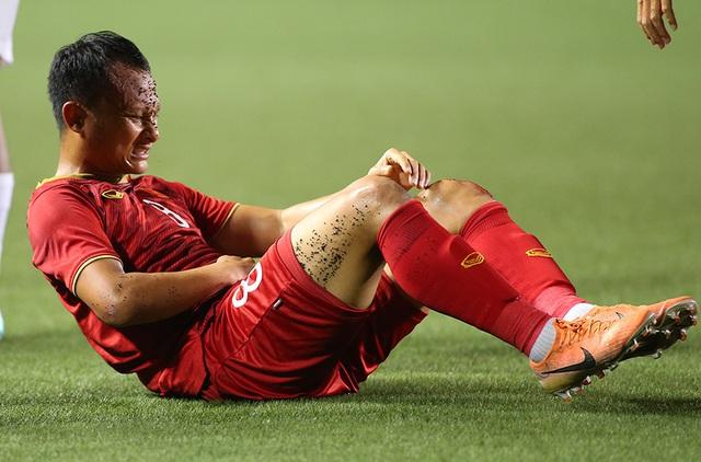 Hình ảnh Trọng Hoàng 2 đầu gối đẫm máu vẫn lăn xả ở trận bán kết khiến người hâm mộ rớt nước mắt - Ảnh 4.