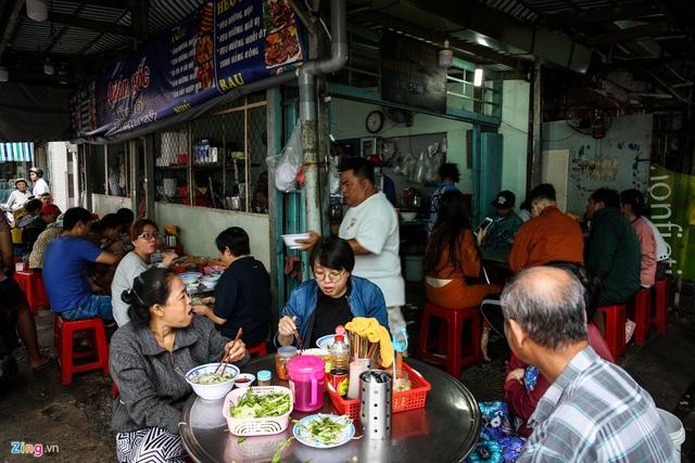 Quán hủ tiếu Nam Vang đông nghịt khách mỗi sáng ở TP.HCM - Ảnh 1.