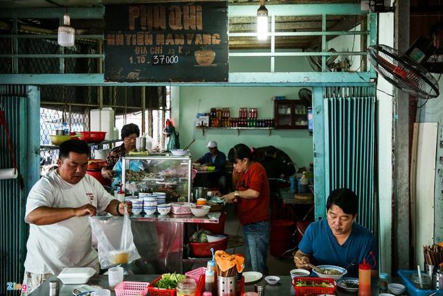 Quán hủ tiếu Nam Vang đông nghịt khách mỗi sáng ở TP.HCM - Ảnh 2.