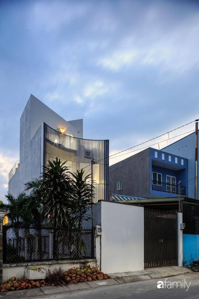 Ngôi nhà ngoại ô Sài Gòn có mặt tiền vô cùng bắt mắt của gia đình 4 người - Ảnh 1.