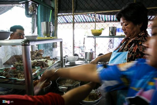Quán hủ tiếu Nam Vang đông nghịt khách mỗi sáng ở TP.HCM - Ảnh 11.