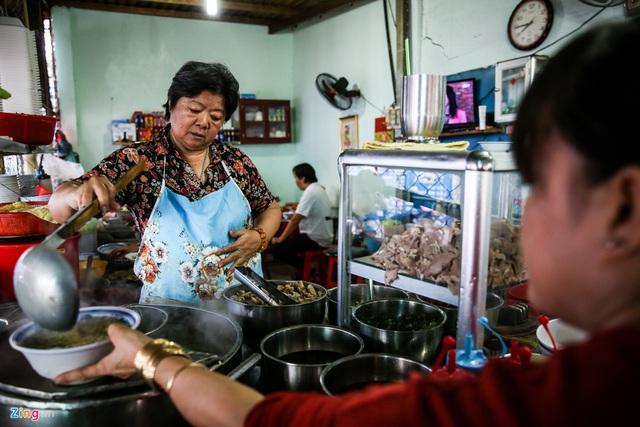 Quán hủ tiếu Nam Vang đông nghịt khách mỗi sáng ở TP.HCM - Ảnh 3.