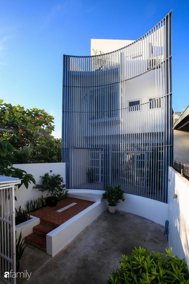 Ngôi nhà ngoại ô Sài Gòn có mặt tiền vô cùng bắt mắt của gia đình 4 người - Ảnh 2.