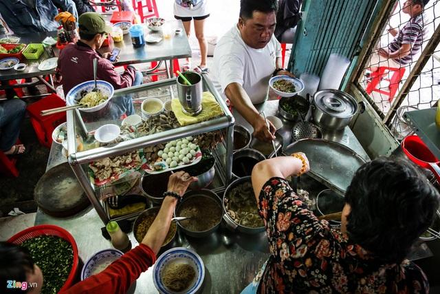 Quán hủ tiếu Nam Vang đông nghịt khách mỗi sáng ở TP.HCM - Ảnh 5.