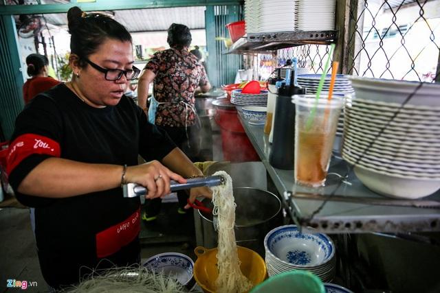 Quán hủ tiếu Nam Vang đông nghịt khách mỗi sáng ở TP.HCM - Ảnh 6.