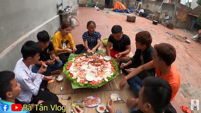 Bà Tân Vlog làm món cơm hải sản siêu to khổng lồ, nhưng dân mạng khó hiểu vì cách làm lạ lùng có 1-0-2 - Ảnh 7.