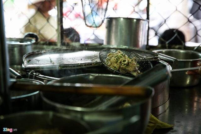 Quán hủ tiếu Nam Vang đông nghịt khách mỗi sáng ở TP.HCM - Ảnh 7.