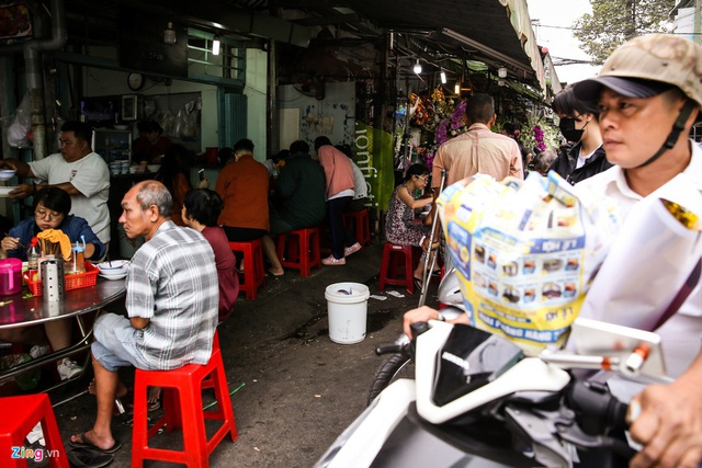 Quán hủ tiếu Nam Vang đông nghịt khách mỗi sáng ở TP.HCM - Ảnh 8.