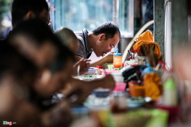 Quán hủ tiếu Nam Vang đông nghịt khách mỗi sáng ở TP.HCM - Ảnh 9.
