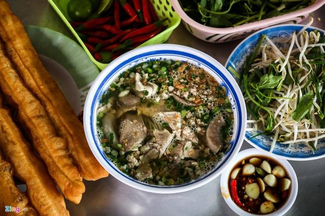 Quán hủ tiếu Nam Vang đông nghịt khách mỗi sáng ở TP.HCM - Ảnh 10.