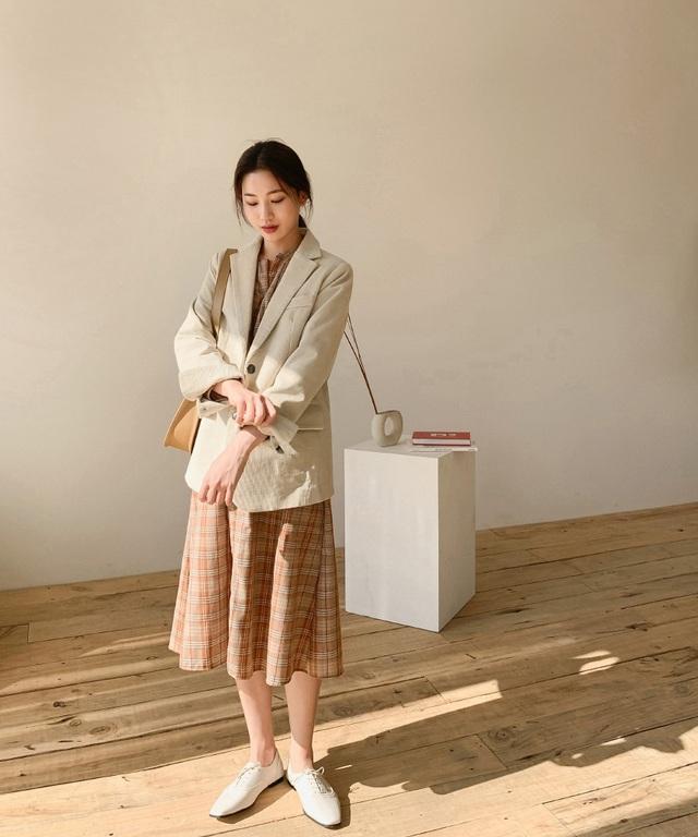 Nghĩ tưởng đơn giản nhưng không phải nàng nào cũng biết 4 mẫu áo khoác kết hợp ăn ý nhất với váy - Ảnh 2.