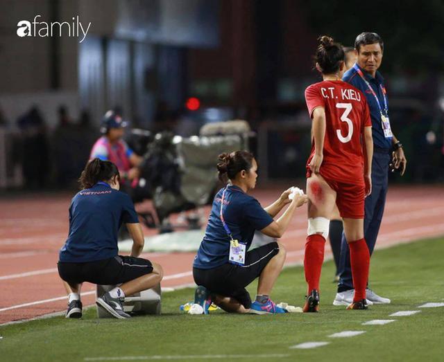 Hình ảnh đắt giá và xót xa nhất trận chung kết bóng đá nữ SEA Games 30: Đường đến vinh quang của các cô gái vàng Việt Nam có cả máu và nước mắt - Ảnh 3.