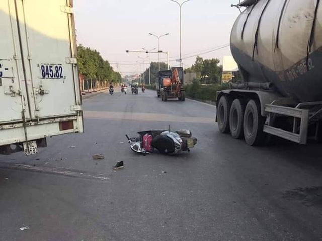 Hà Nội: Va chạm với xe tải, hai mẹ con thương vong - Ảnh 2.