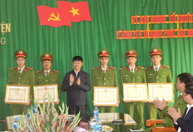 Ông Nguyễn Tiến Tầng - Chủ tịch UBND huyện Ninh Giang tặng giấy khen cho 2 tập thể và 7 cá nhân có thành tích xuất sắc trogn việc khám phá nhanh vụ nhóm đối tượng đặt thuốc nổ phá nhà dân trong đêm. Ảnh: Đ.Tùy