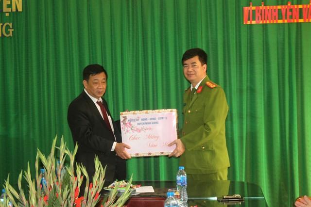 Ông Nguyễn Xuân Thuấn - Bí thư Huyện ủy Ninh Giang tặng quà chúc mừng chiến công của Công an huyện. Ảnh: Đ.Tùy