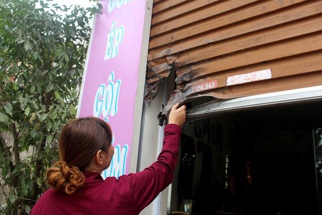 Hậu quả của vụ nổ khiến cửa cuốn, cửa kính bị hư hỏng và nứu trần nhà tầng 1 của gia đình anh Luyên. Ảnh: Đ.Tùy