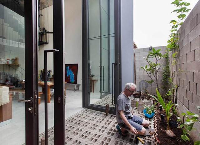 Theo Archdaily, ngôi nhà là một thiết kế của kiến trúc sư Lee Cherng Yih cùng các đồng nghiệp tại Formzero, dành cho một cặp vợ chồng đã nghỉ hưu, yêu thích trồng cây.