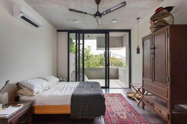Phòng ngủ mang nhiều nét truyền thống của người dân vùng nhiệt đới với nhiều món đồ nội thất bằng gỗ đơn giản.