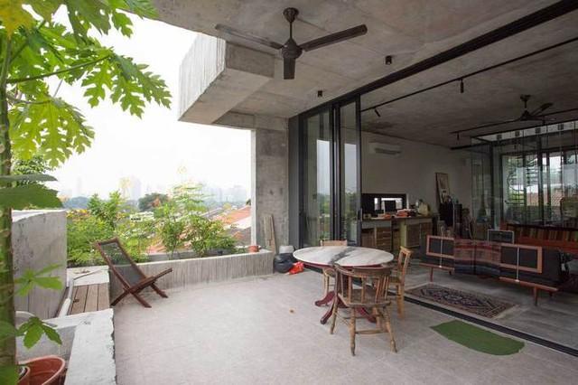 Ngoài các hộp bê tông trồng cây, ngôi nhà còn gây ấn tượng bởi kiến trúc và nội thất giản dị, mộc mạc. Ngôi nhà được xem như một ví dụ điển hình cho những gia chủ thành phố muốn trồng cây trong nhà, tại các nước vùng nhiệt đới.