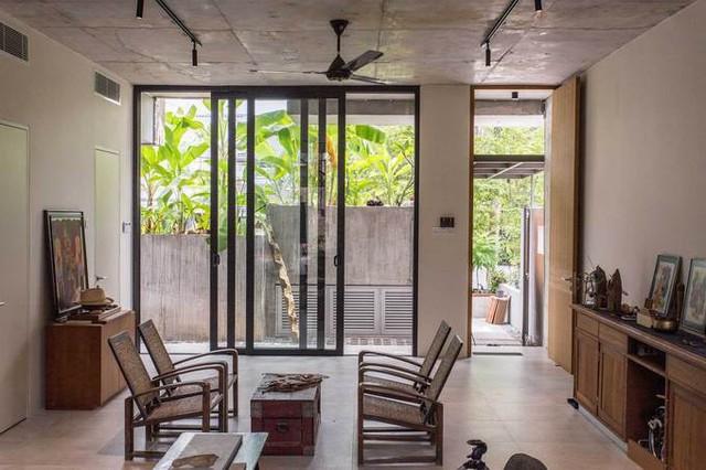 Bước vào nhà, người ta cảm nhận được tinh thần yêu nghệ thuật và tự nhiên của gia chủ. Tầng trệt bao gồm tường kính và các cửa sổ ở mặt trước và sau, mang đến không khí tươi, ánh sáng và thông gió chéo.