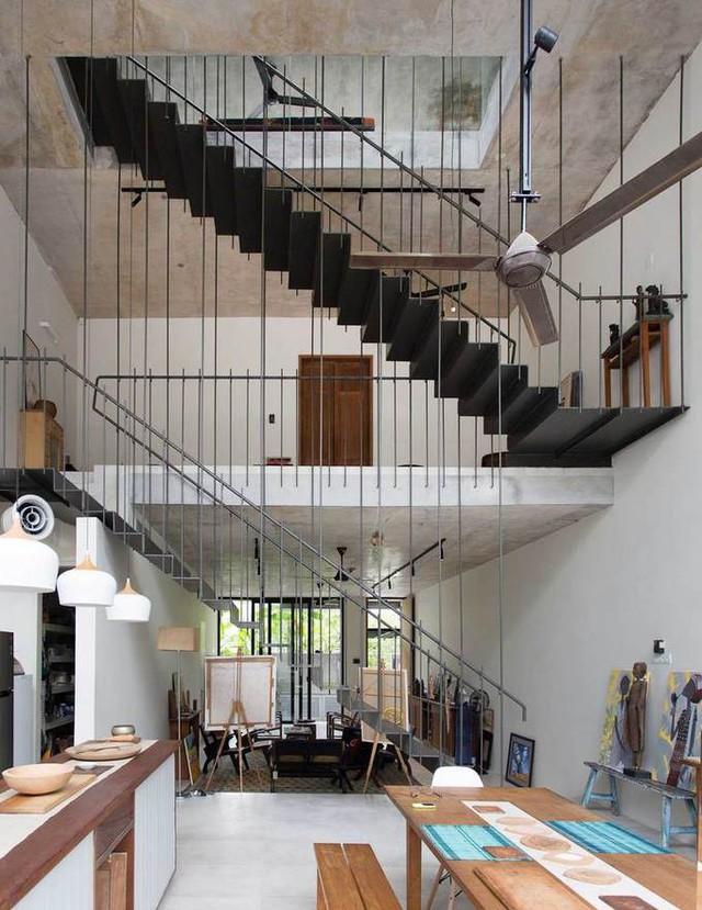 Cũng tại tầng trệt, đằng sau phòng khách và cầu thang trung tâm là không gian thông tầng bao gồm nhà bếp và khu vực ăn uống.