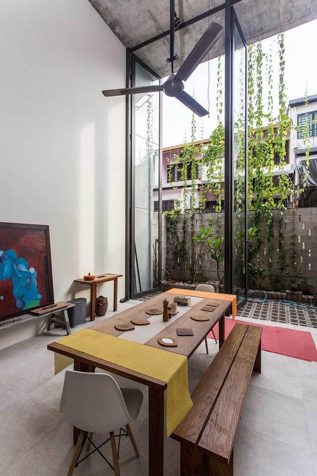 Lấy cảm hứng từ nhà nhiệt đới truyền thống, tre được sử dụng làm ván khuôn cho các hộp trồng cây bê tông. Kết cấu tre này là một giải pháp bền vững giúp kéo dài tuổi thọ của công trình với chi phí bảo trì thấp.