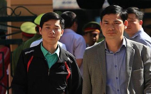Bs Hoàng Công Lương (trái) và chú ruột Hoàng Công Tình (phải) đến dự tòa. Ảnh: Tiền Phong