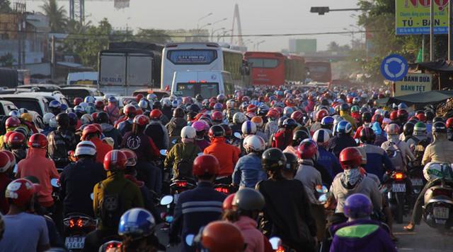 Mỗi dịp lễ, tết luôn có đến hàng triệu phương tiện xe máy, ô tô kẹt cứng trên QL 60 xung quanh cầu Rạch Miễu. ẢNH: BẮC BÌNH