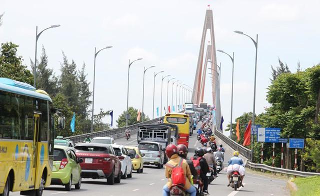 Việc nấn ná tiếp tục thu phí của trạm BOT cầu Rạch Miễu được xác định là một trong những nguyên nhân chính gây đến tình trạng giao thông nghẹt thở tại khu vực xung quanh cầu Rạch Miễu. ẢNH: BẮC BÌNH