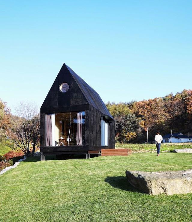 Ngay từ bên ngoài, ngôi nhà đã gây ấn tượng với hai vật liệu chủ đạo là gỗ và kính tối màu. Nếu gỗ là một vật liệu lúc nào cũng được yêu thích trong xây dựng, mang lại sự ấm áp thì kính tạo cảm giác hiện đại cùng với sự thông thoáng phù hợp.