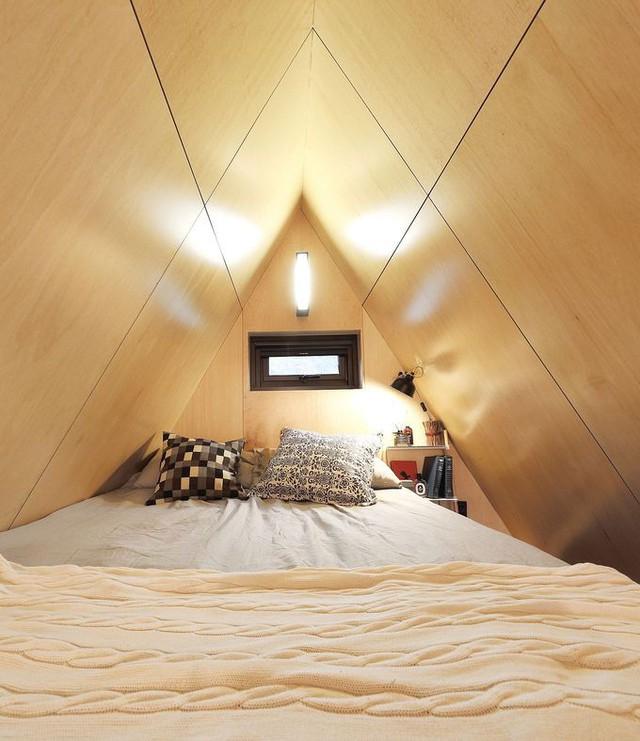 Phòng ngủ được đặt trọn vẹn ở trên gác lửng.
