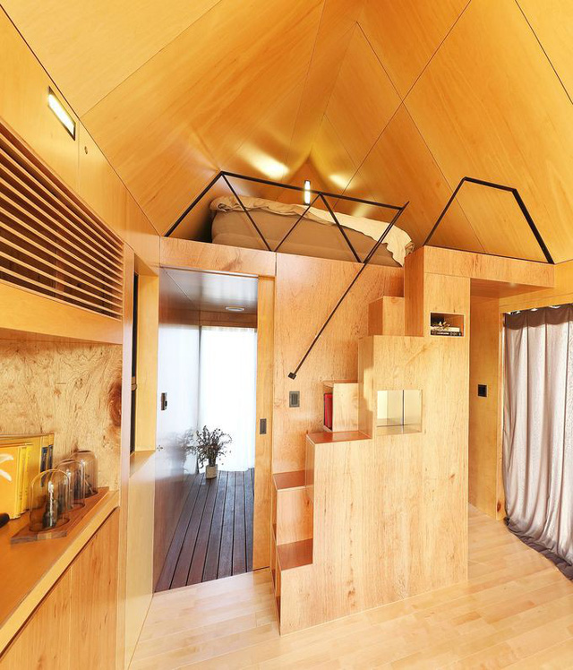 Cầu thang dẫn đến phòng ngủ được tận dụng làm tủ chứa đồ.