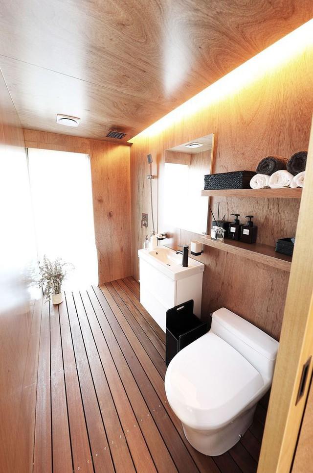 Phòng tắm không hề có cảm giác chật chội, vẫn đầy đủ các trang thiết bị cần thiết.
