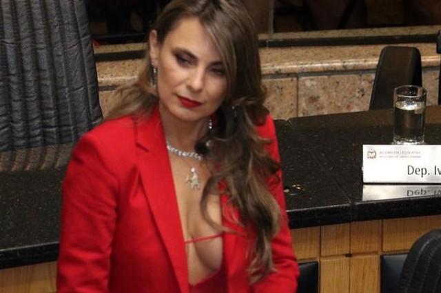 Ana Paula da Silva gây bỏng mắt khi mặc váy đỏ ở quốc hội Brazil. Ảnh: Instagram.