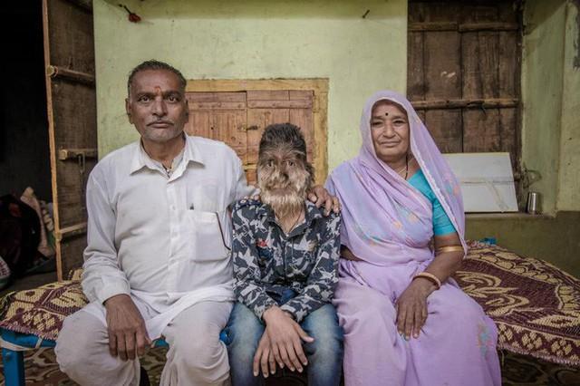 Lalit chụp ảnh cùng cha mẹ