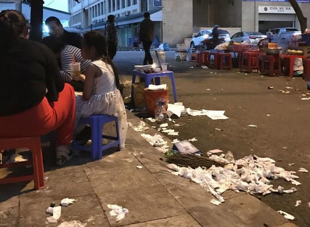 Nhiều người ăn chấp nhận ngồi cạnh đống rác