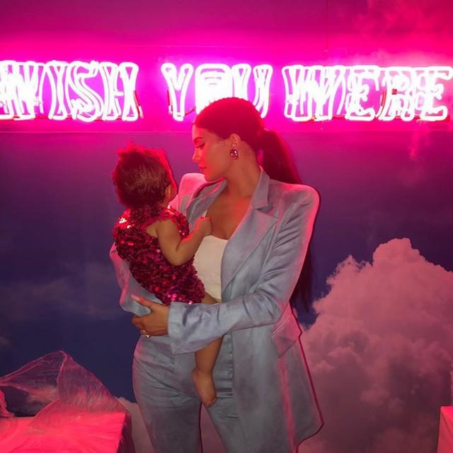 Kylie Jenner và con gái Stormi trong bữa tiệc sinh nhật đắt đỏ. Ảnh: Instagram.