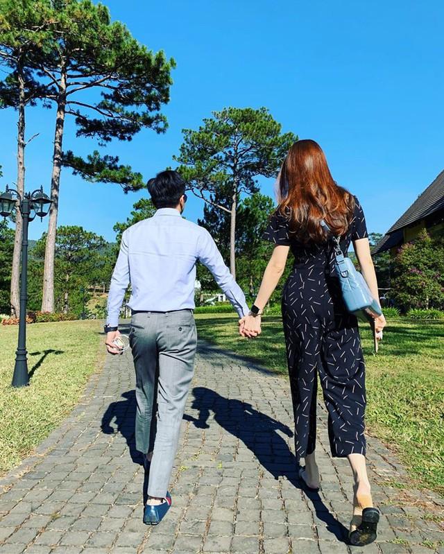 Cường Đô La nắm chặt tay Đàm Thu Trang trong dịp Tết Kỷ Hợi . Năm nay, Đàm Thu Trang không về Lạng Sơn đón Tết. Thay vào đó, mẹ và em trai cô đến TP.HCM sum họp cùng con gái.