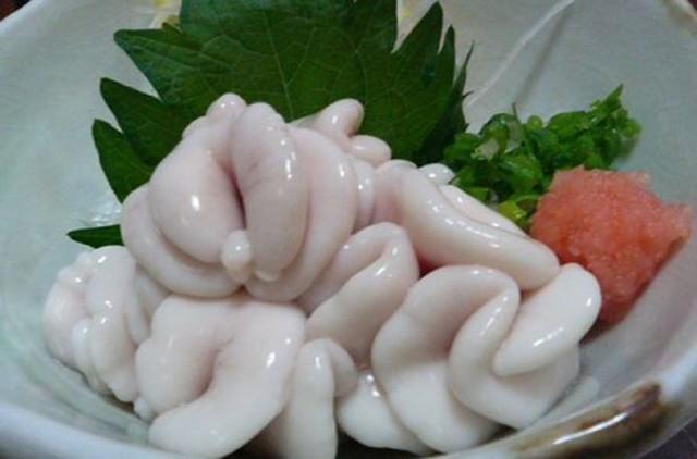 Tinh hoàn cá được người Nhật ăn kèm với hành lá và lá tía tô.